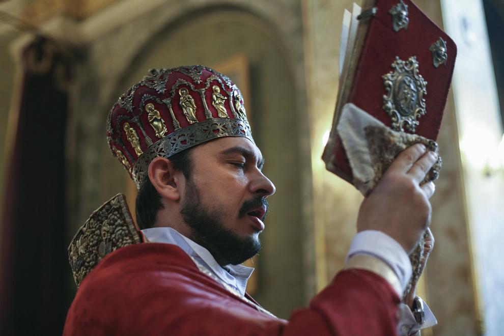 Preotul Paroh Ezras Bogdan, Vicar al Arhiepiscopiei Bisericii Armene din România, oficiază slujba de duminică în Catedrala Armeana Sfinţii Arhangheli Mihail şi Gavril (1911-1915) din Bucureşti.