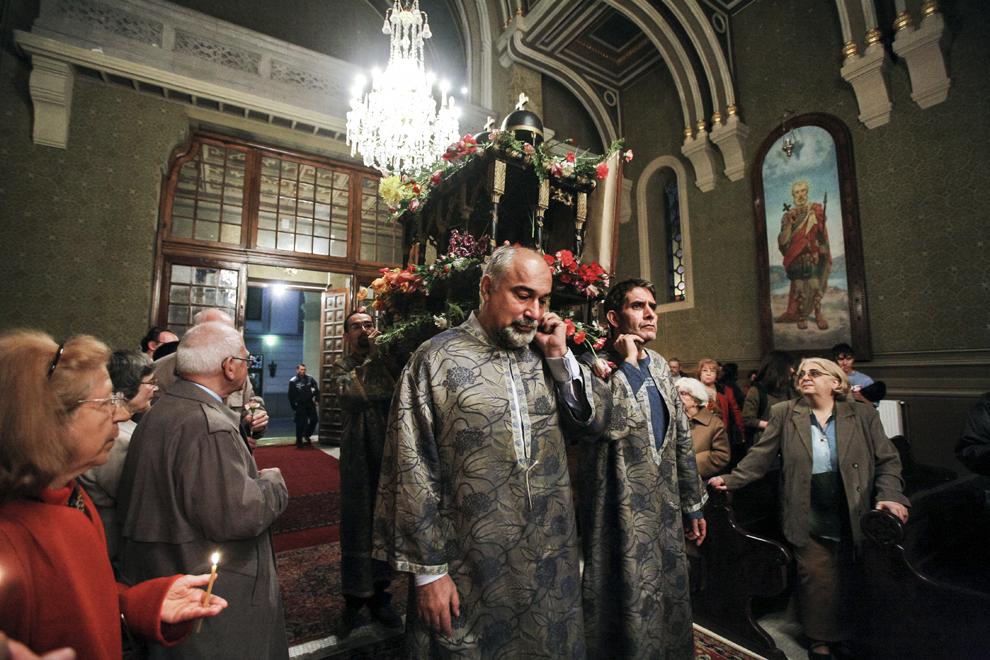 Doi membri ai Parlamentului României, Varujan Vosganian (centru st) şi Varujan Pambuccian (centru dr) poartă pe umeri un altar cu flori care simbolizează mormântul lui Isus Cristos, în timpul slujbei religioase organizată în Vinerea Mare, în Catedrala Armeană Sfinţii Arhangheli Mihail şi Gavril (1911-1915) din Bucureşti.