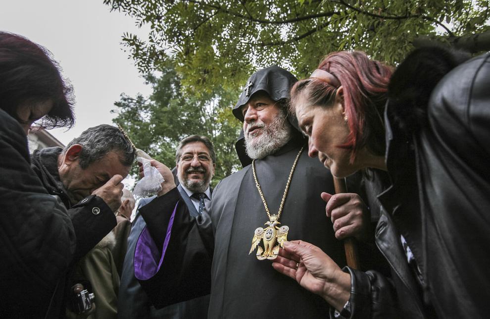 Credincioşi armeni şi români îl întâmpina pe Karekin al II-lea, Catolicos şi Patriarh al Tuturor Armenilor (C), în curtea Bisericii Sfânta Maria din Iaşi.