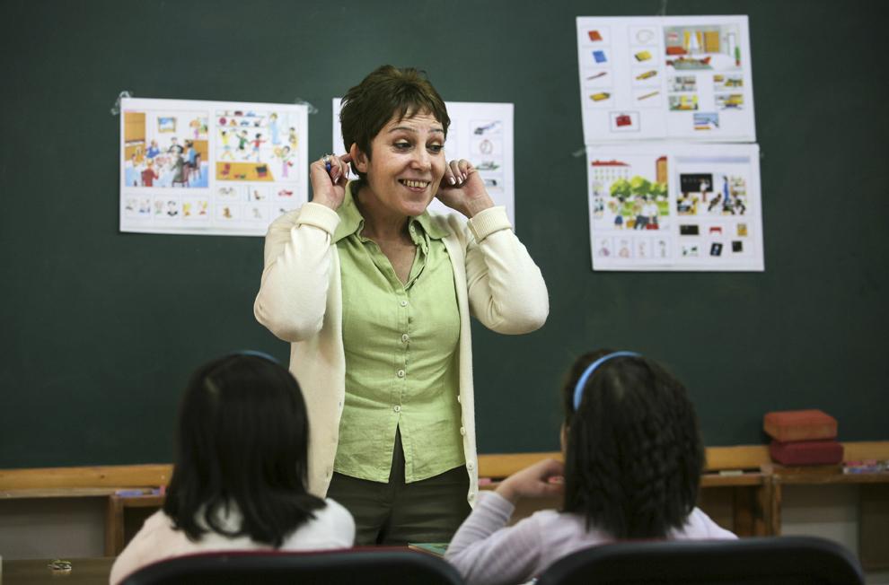 """Arshaluys Paronyan predă limba armeană orientală unui grup de copii, la Şcoala Armeană """"Misakian- Kesimian"""" din Bucureşti."""