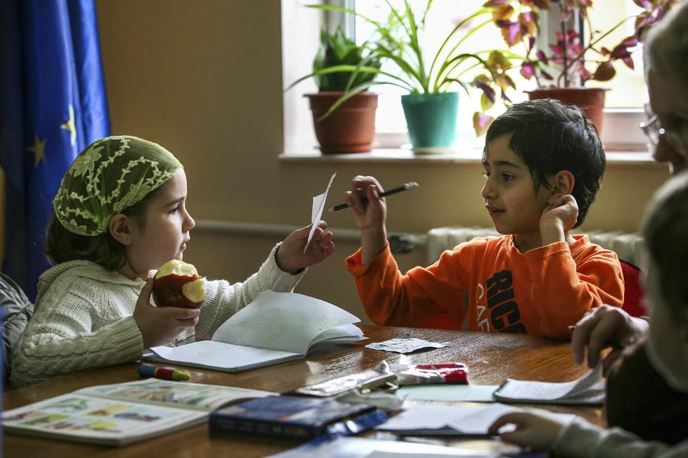 Copii armeni participă la cursul de limba armeană organizat în fiecare duminică în Constanţa.