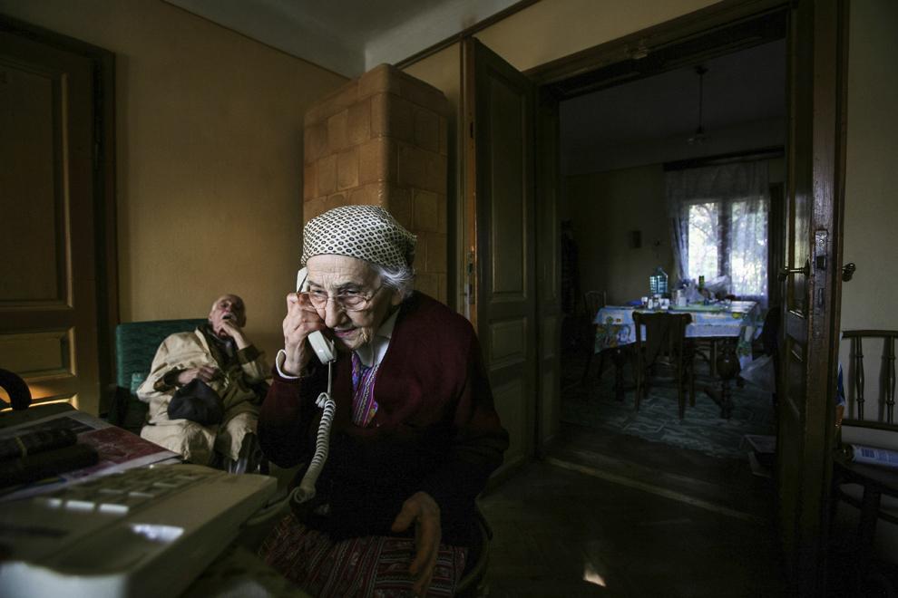 Armenii Eufrosina Aneta Costeschi (născută în anul 1918) împreună cu fratele său, Bogdan Costeschi (născut în anul 1915), în interiorul casei lor din Botoşani, România.
