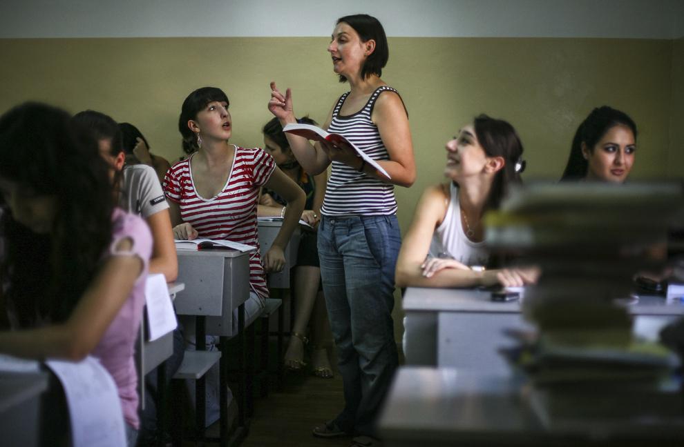 Maria Epatov (centru), lector de limba română la Facultatea de Litere a Universităţii Lingvistice de Stat Valeri Brussov din Erevan, Armenia, în timpul unui curs.