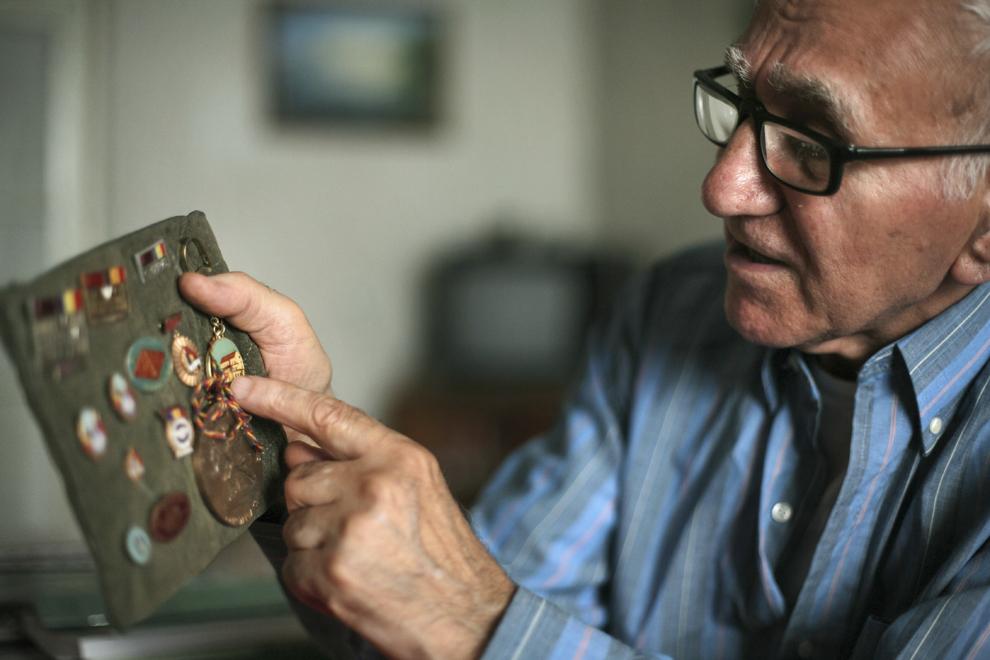 Hagop Arakelian explică provenienţa insignelor din colecţia sa, în casa sa din Erevan, Armenia.