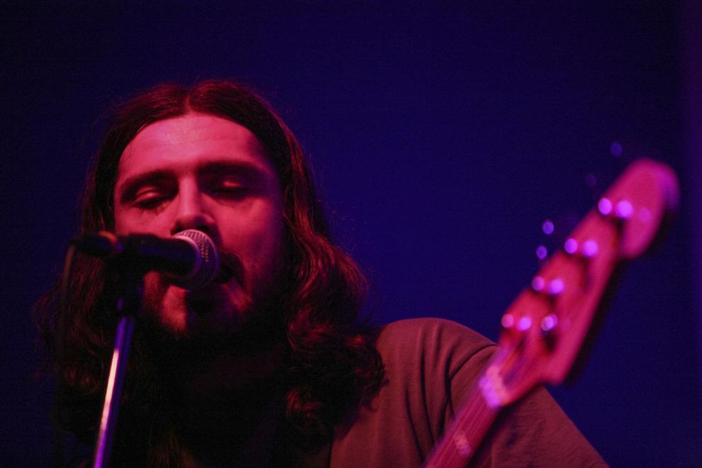 """Zareh Arachelian în timpul unui concert cu formația """"Dwarf Planet"""", într-un club din București."""