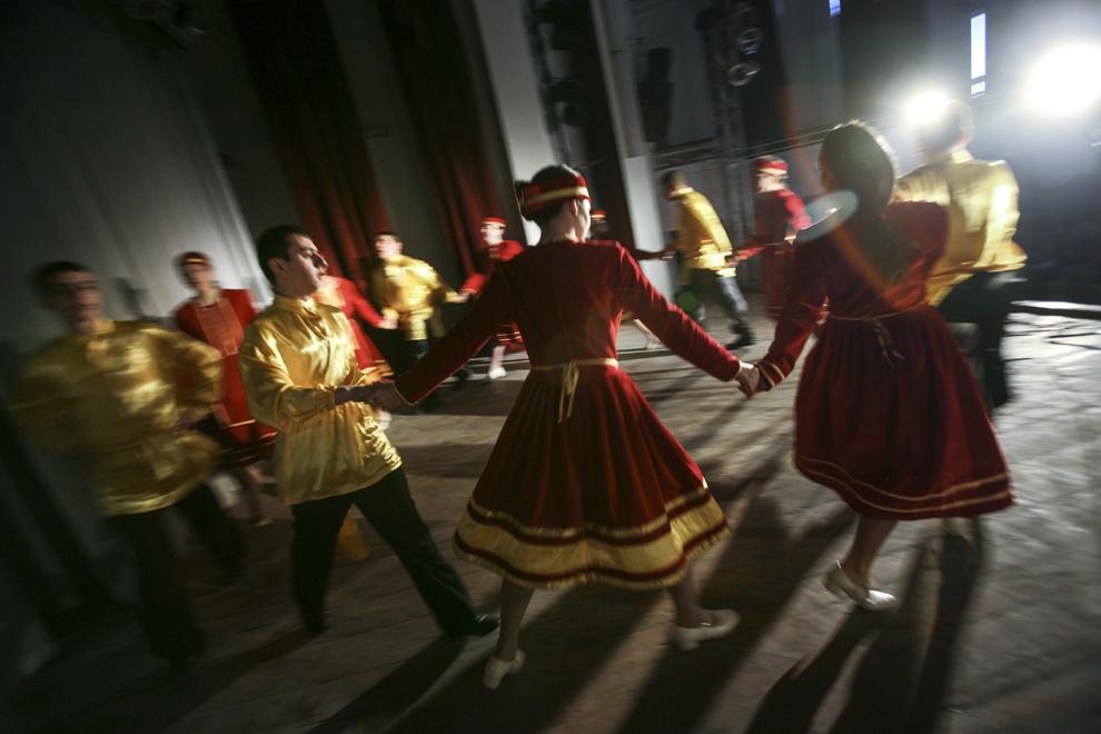 """Grupul de dans tradiţional armenesc """"Vartavar"""" participă la spectacolul dedicat evenimentului """"Ziua Limbilor Materne"""", desfăşurat în data de 22 februarie 2008, în Bucureşti."""
