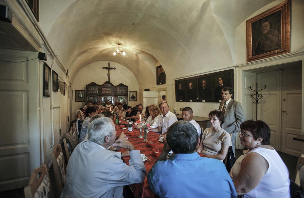 Armeni din Gherla şi vizitatori din ţara şi străinătate discută la o cafea în incinta Casei Parohiale a Bisericii armeano-catolice din Gherla.