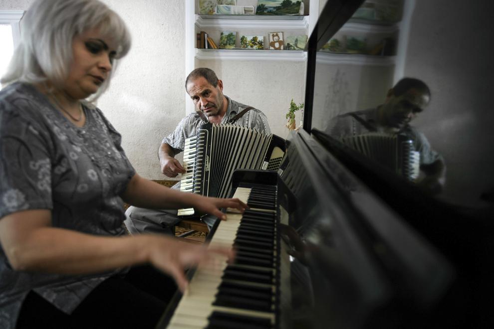 Haik Kevorkian (C) cântă la acordeon în cadrul întâlnirilor de duminica desfăşurate în Clubul Armean, situat în curtea Bisericii Armene Sfânta Maica Domnului din Chişinău (1803).