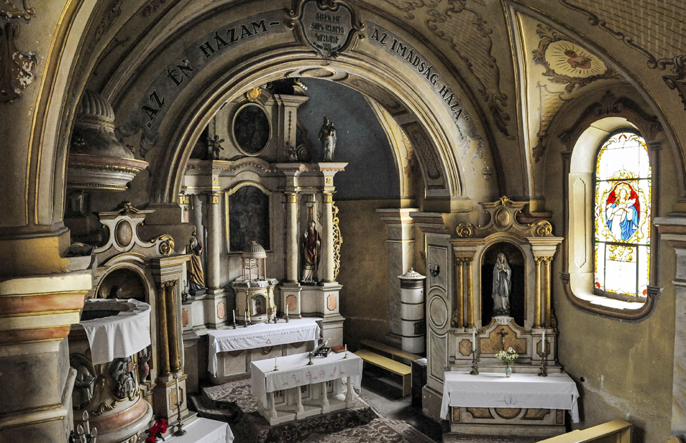 Interiorul Bisericii armeano-catolice Sfânta Treime din Frumoasa, Harghita.