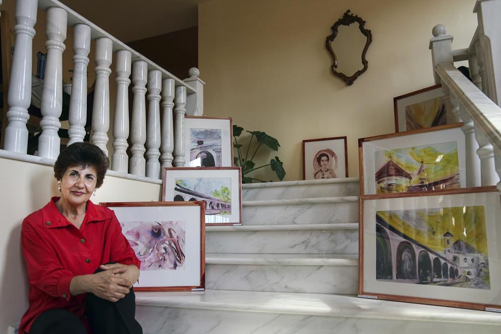 Varduca Azaduhi Horenian alături de lucrările sale, în incinta Hotelului Marion din Dumbraveni.