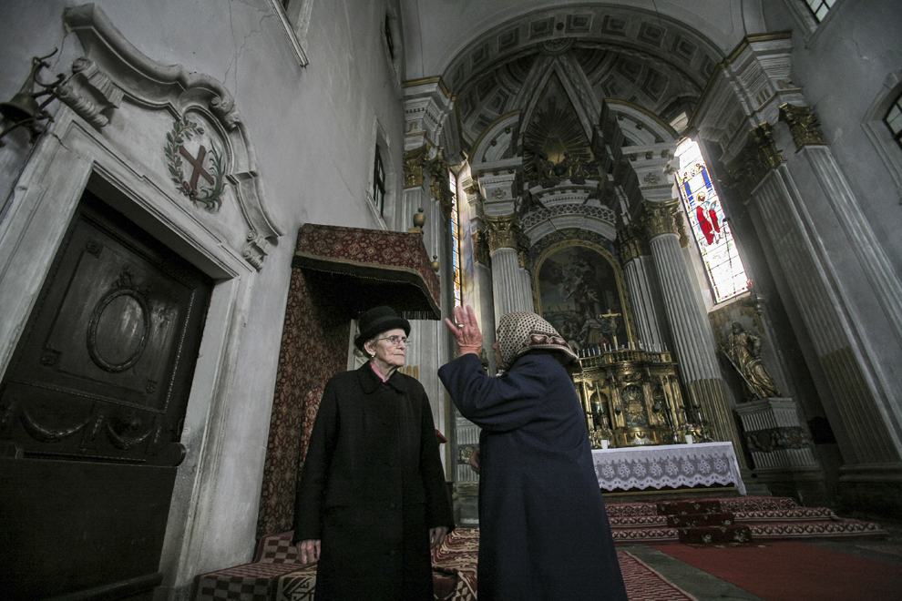 Maria Viţelar (S) discută probleme administrative cu o angajată, în interiorul Catedralei armeano-catolice Sfânta Elisabeta (1783) din Dumbrăveni.