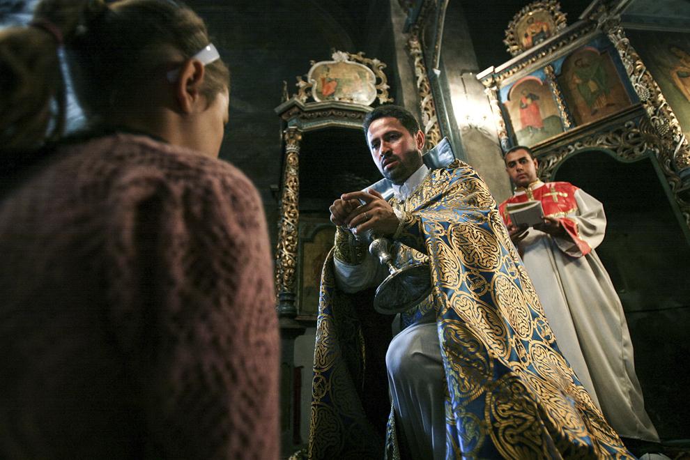 Preotul Krikor Holca în timpul unei slujbe în biserica Mânăstirii Hagigadar (1512) din Suceava.