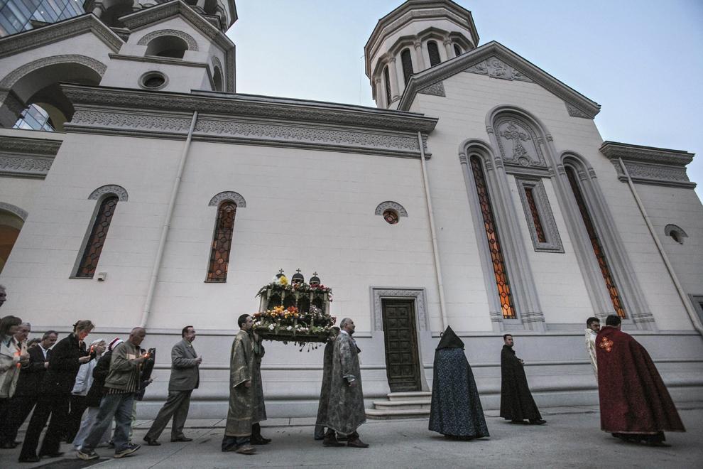 Credincioşi armeni în timpul slujbei religioase din Vinerea Mare, în curtea Catedralei Armeane Sfinţii Arhangheli Mihail şi Gavril (1911-1915) din Bucureşti.