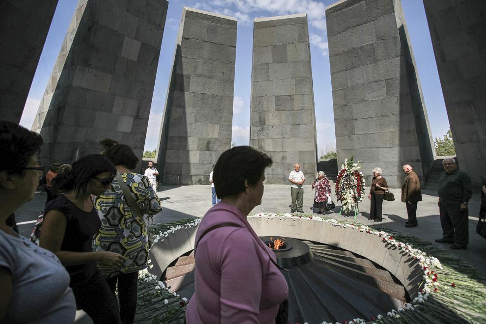 Vizitatori din întreaga lume depun flori la Monumentul Genocidului din Erevan, Armenia, ridicat în memoria victimelor Genocidului de la 1915.