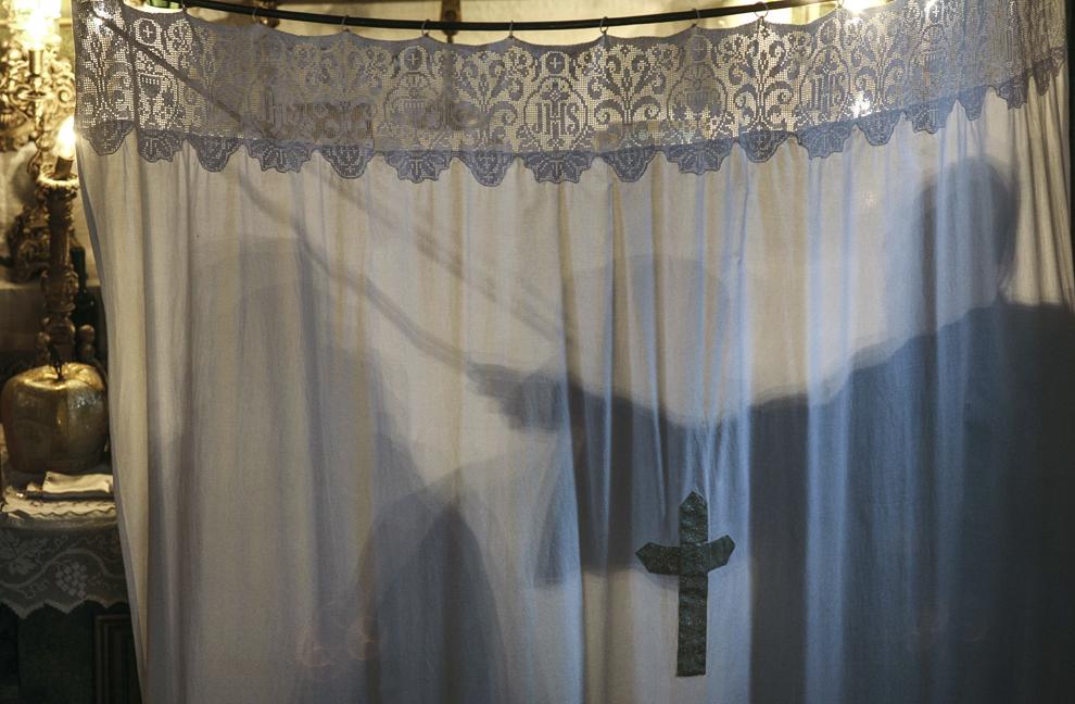 Moment din timpul unei slujbe de Crăciun în Biserica armeană Sfântul Garabet (Ioan Botezătorul) din Piteşti.