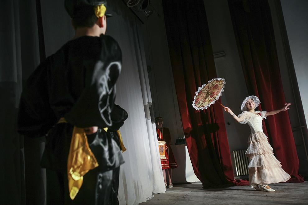 """Grupul de dans traditţional armenesc """"Vartavar"""" participă la spectacolul dedicat evenimentului """"Ziua Limbilor Materne"""", desfăşurat în data de 22 februarie 2008, în Bucureşti."""