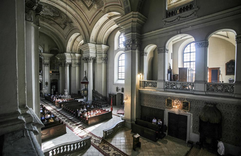 Interiorul Catedralei Armeano-catolice Sfânta Treime (1748-1789) din Gherla.