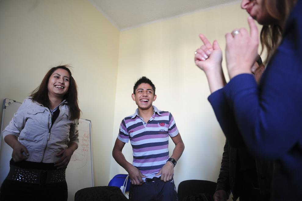 Tineri romi râd în timpul unei curs predat de Maryana Borisova la sediul fundaţiei pentru care lucrează în sprijinul romilor, în Sofia.