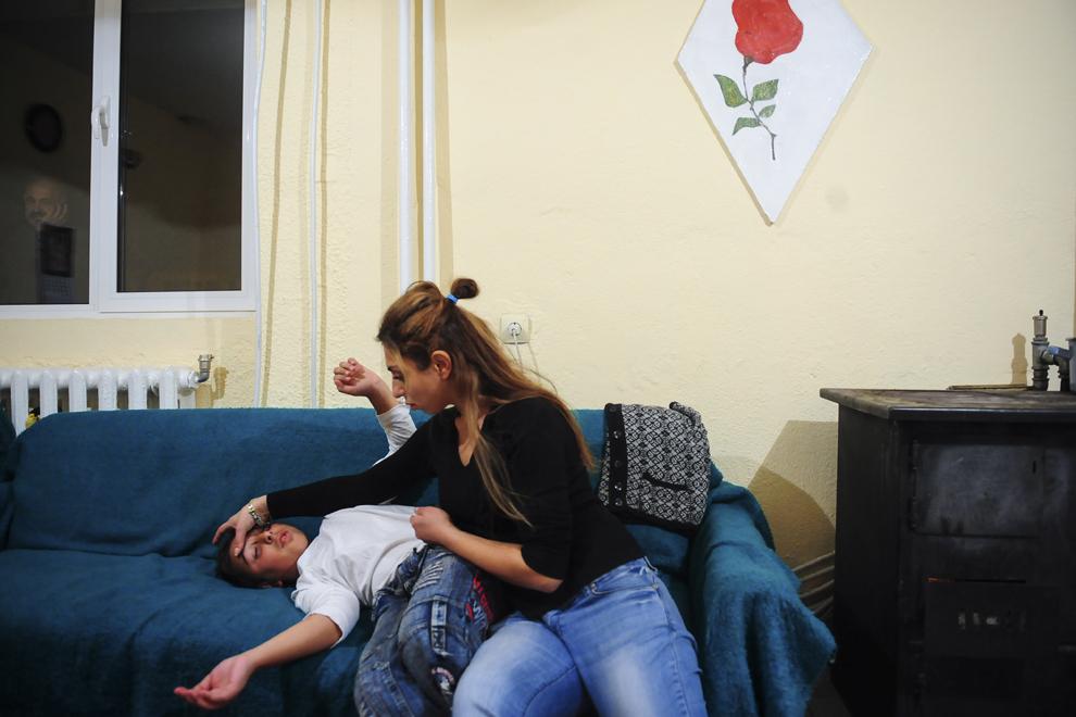 Maryana Borisova, studentă la drept în Blagoevgrad, îşi îngrijeşte fratele care s-a lovit în timp ce se juca în casa părinţilor din Simitli, Bulgaria.