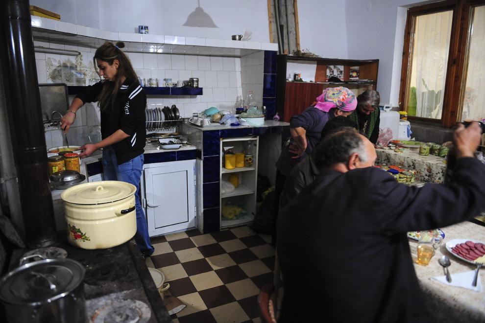 Maryana Borisova spală vasele în bucătăria de vară a casei părinţilor ei din Similti.