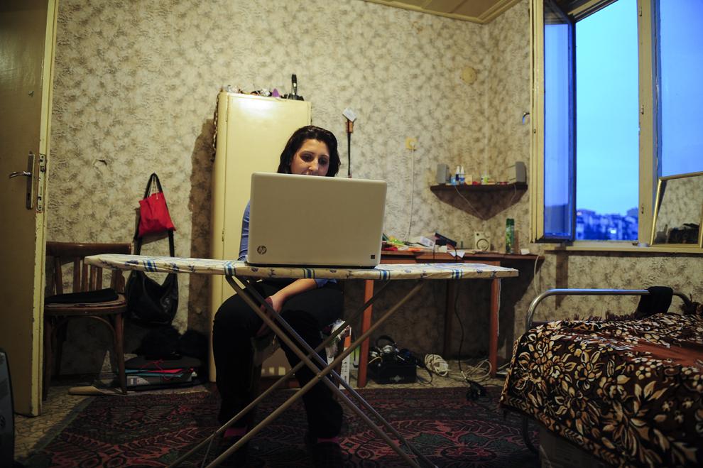 """Stefka Vasileva învaţă pentru un curs de a doua zi, în camera închiriată din Veliko Târnovo. Soţia lui Atanas """"Nasko"""" Stoyanov a ales să îşi continue studiile la 22 de ani, după ce le-a întrerupt la 15, după intervenţia părinţilor ei, urmând să se mute în Sofia după ce termină clasa a doisprezecea."""