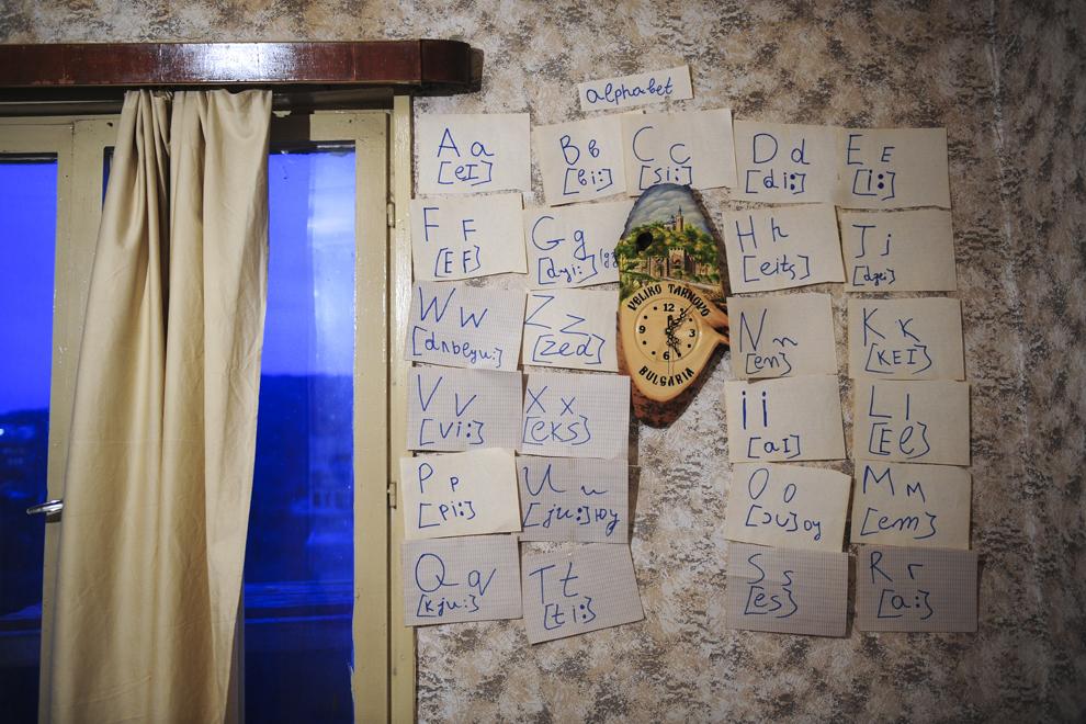 Transcrieri fonetice ale alfabetului latin îmbracă un colţ de cameră în garsoniera închiriată în Veliko Târnovo de Stefka Vasileva.