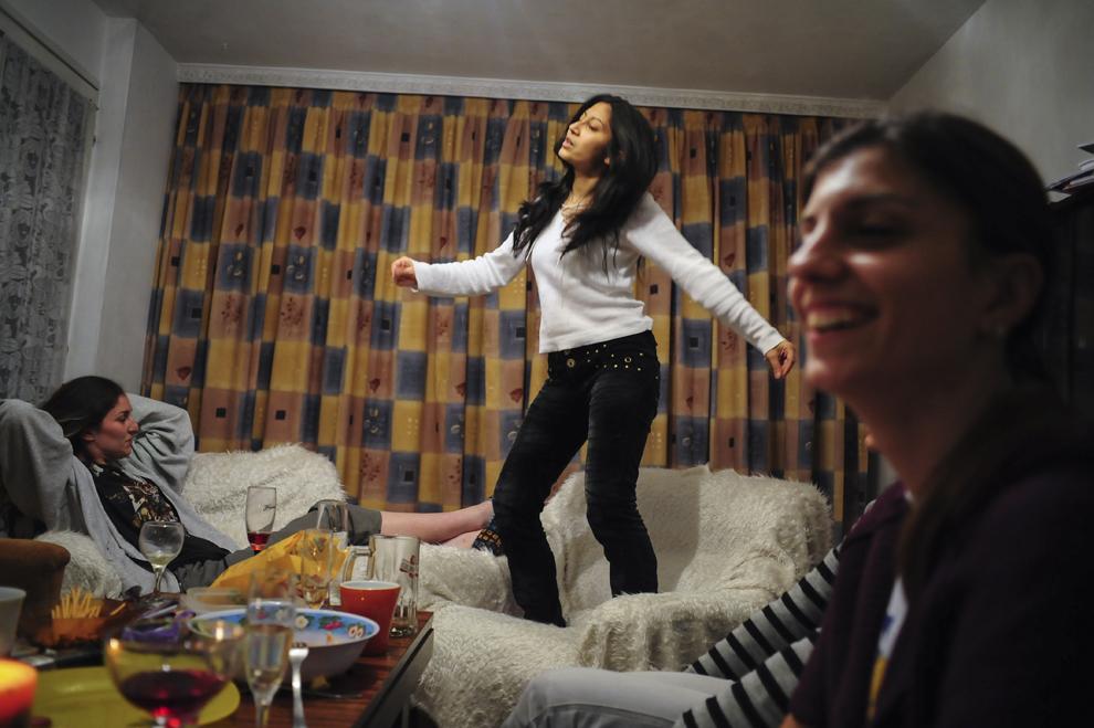 """Desislava """"Desi"""" Kirilova dansează în timpul unei petreceri de casă nouă data de ea şi colega ei de apartament în Sofia. Desislava este asistenta unui director regional şi a fost angajată printr-un program de angajări deschis pentru romi."""