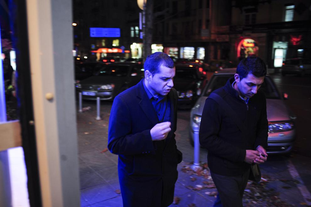 Krasi Krasimirov discută cu Atanas Stoyanov în timp ce parcurg o stradă din Sofia.