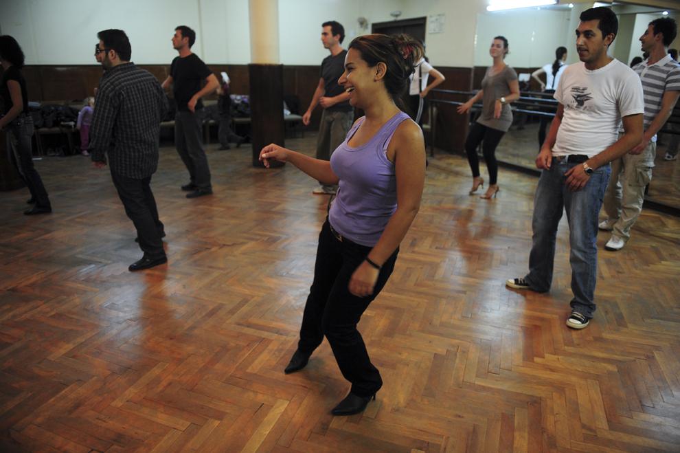 Miglena Yordanova dansează în timpul unui curs ţinut într-o sală de dans din Sofia, Bulgaria.