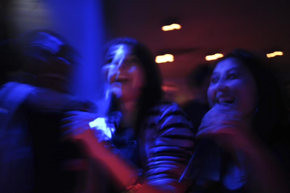 """Desislava """"Desi"""" Kirilova şi Miglena Yordanova cântă în timpul unei seri cu tematică de karaoke, într-un bar din Sofia, Bulgaria."""
