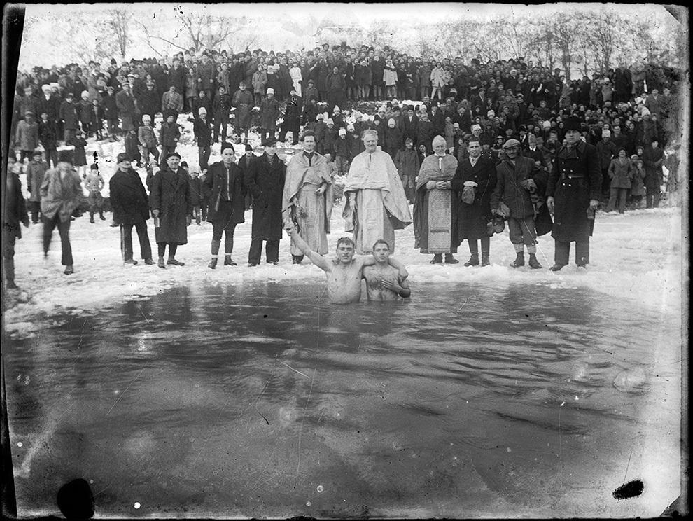 Credincioşi recuperează o cruce din lemn din apele îngheţate, de Bobotează.
