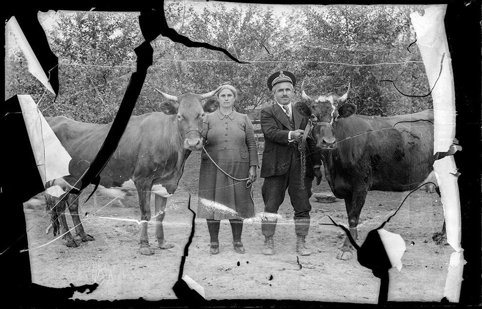 Femeie şi bărbat cu şapcă PTT (posta-telegraf-telefon)