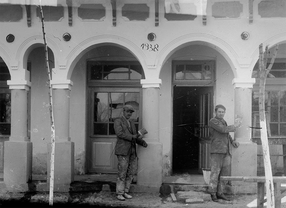 Zugravi în faţa unei clădiri publice, 1938.