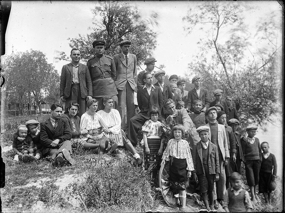 Grup la iarbă verde, 1945.