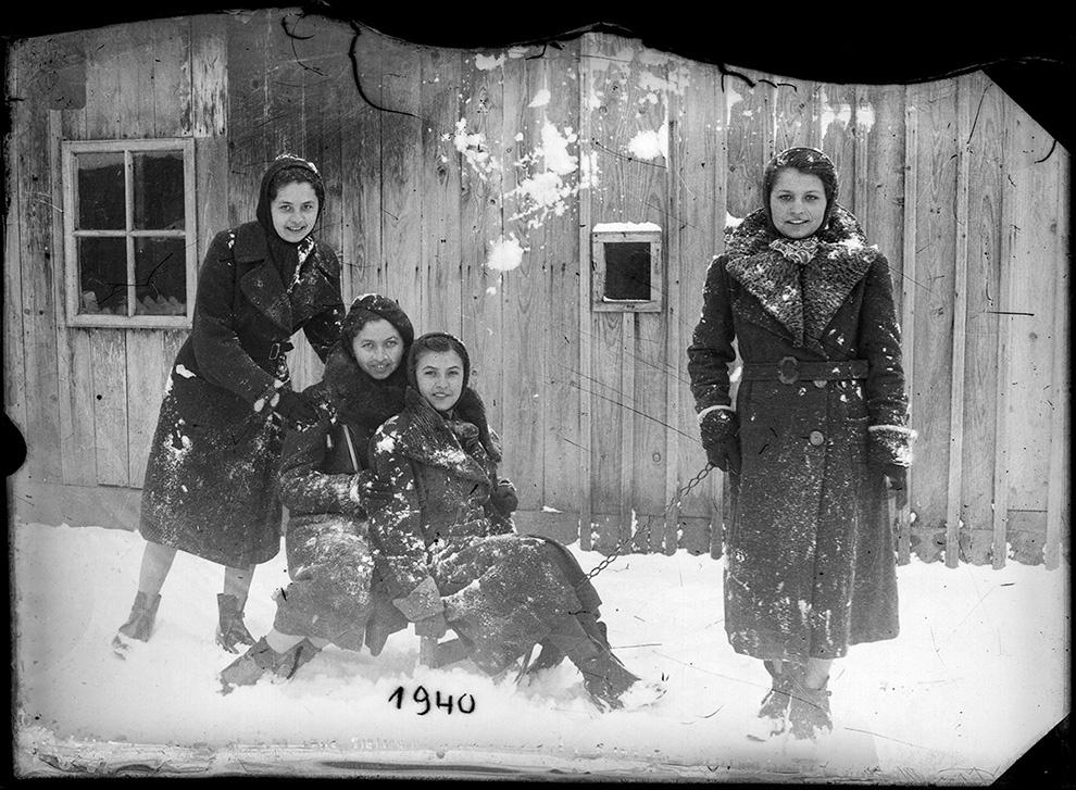 Patru tinere la săniuş, 1940.