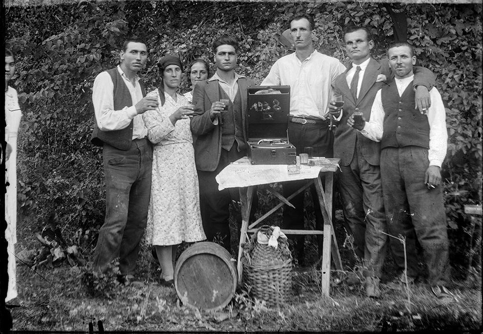 Petrecere câmpenească cu vin şi patefon portabil HMV