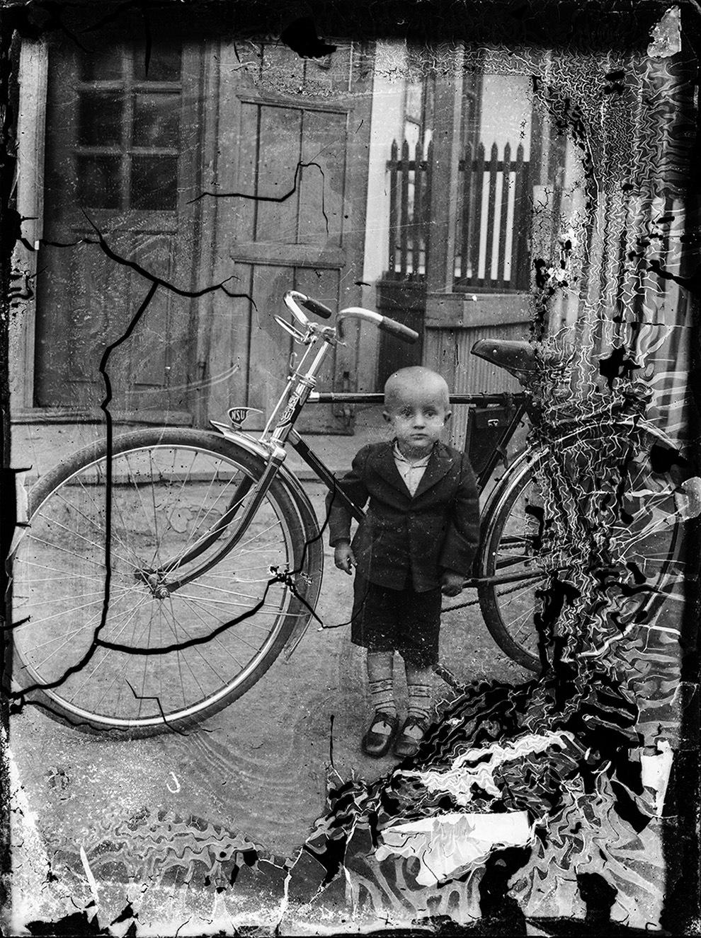 Copil alături de o bicicletă NSU
