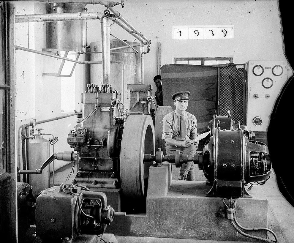 Bărbat lângă un generator de curent, 1939.