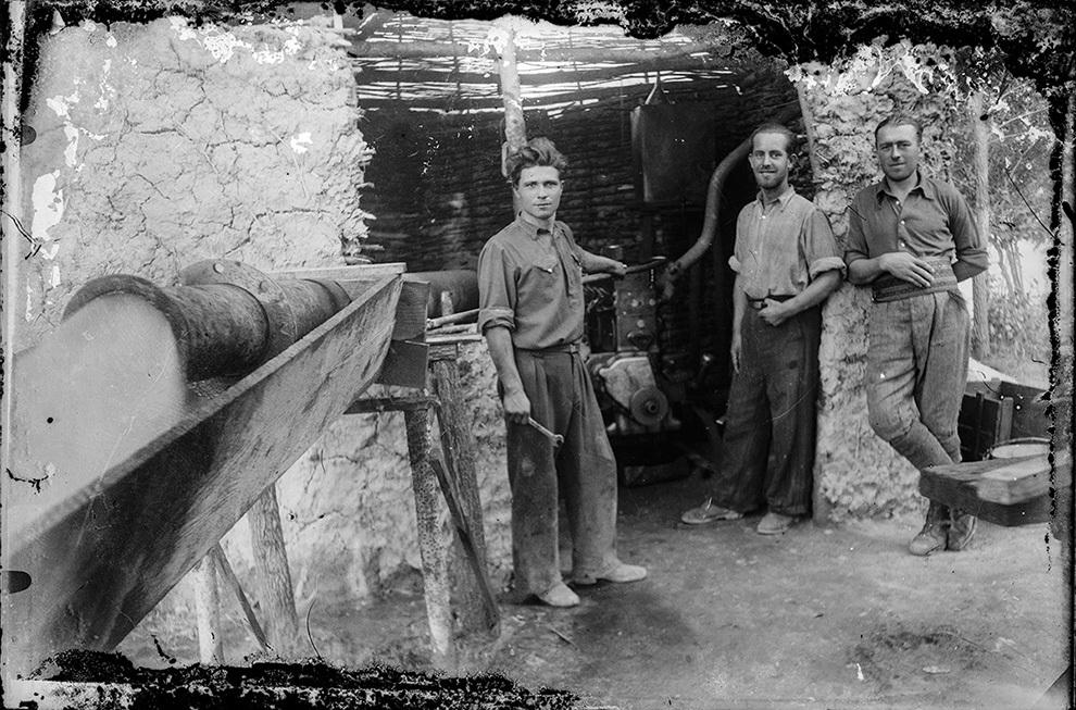 Muncitori într-un atelier.