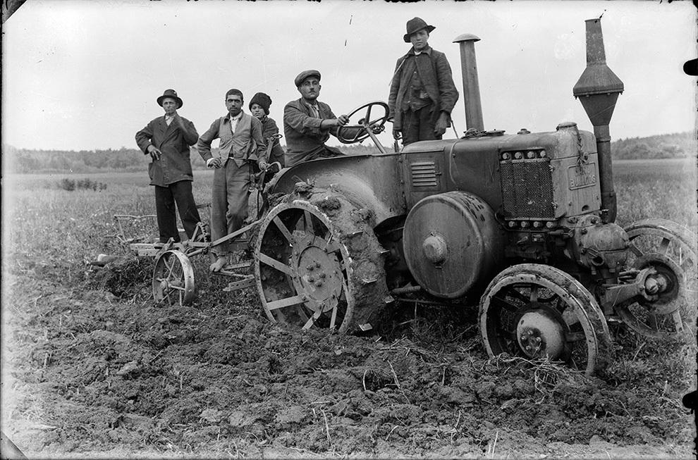 Tractor cu plug Lanz Bulldog.