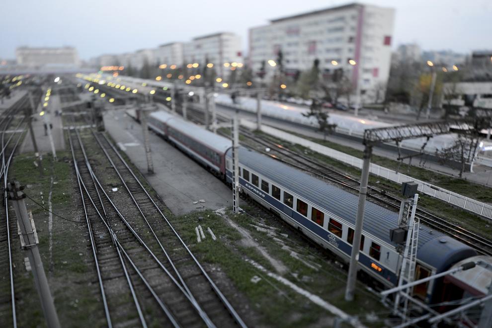 Vedere aeriană asupra liniilor de cale ferată din Gara de Nord, în Bucureşti, luni, 31 martie 2014.