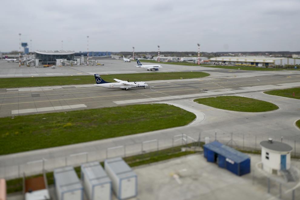 O aeronavă Tarom, pe pista aeroportului Henri Coandă, în Otopeni, joi, 3 aprilie 2014.