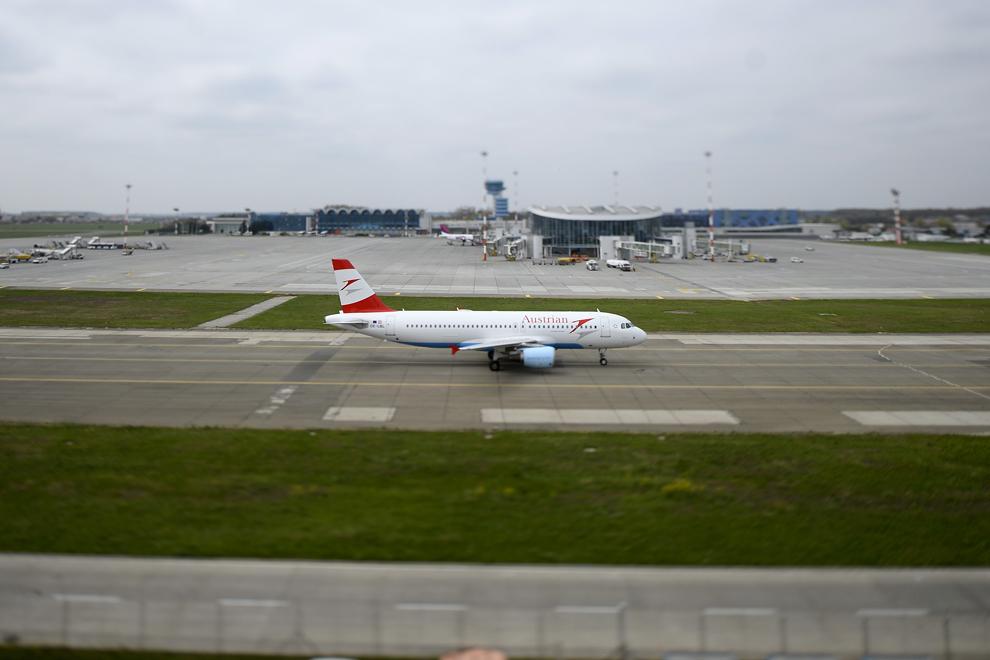 O aeronavă Austrian Airlines, pe pista aeroportului Henri Coandă, în Otopeni, joi, 3 aprilie 2014.