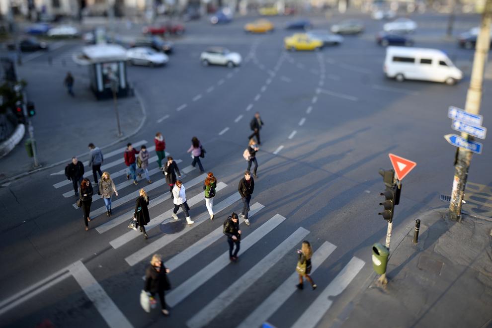 Persoane traversează strada, in Bucureşti, joi, 3 aprilie 2014.