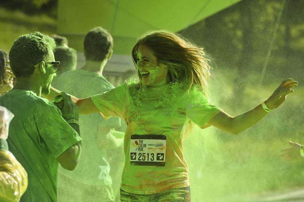 """O tânără aleargă în timpul maratonului 5K """"Color Run"""", în parcul Tineretului din Bucureşti, sâmbătă, 26 aprilie 2014."""