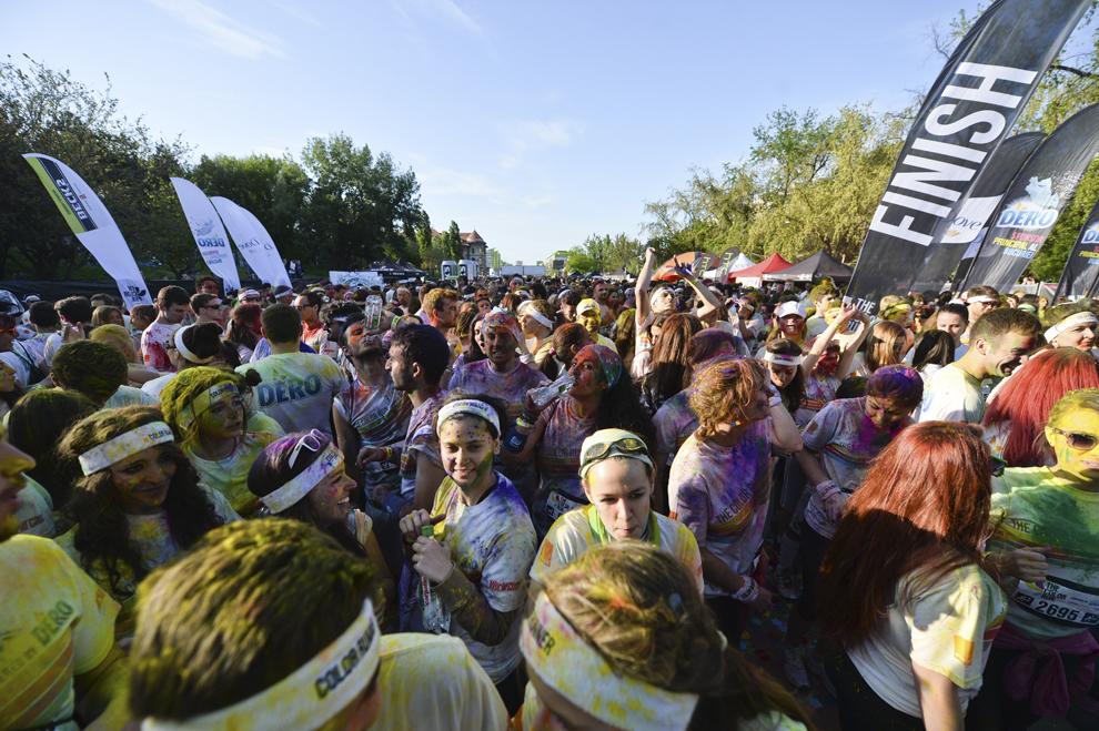 """Persoane participă la un concert, la finalul maratonului 5K """"Color Run"""", în parcul Tineretului din Bucureşti, sâmbătă, 26 aprilie 2014."""