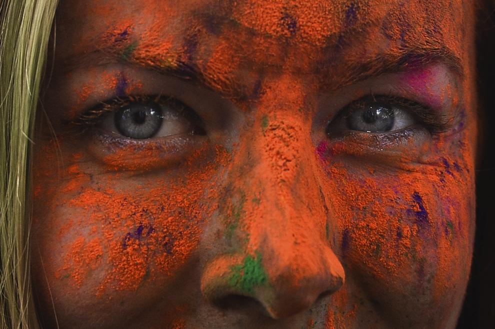 """O tânără reacţionează la finalul maratonului 5K """"Color Run"""", în parcul Tineretului din Bucureşti, sâmbătă, 26 aprilie 2014."""