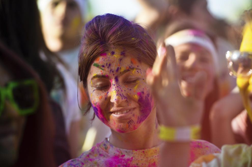"""O tânără reacţionează în timpul unui concert, la finalul maratonului 5K """"Color Run"""", în parcul Tineretului din Bucureşti, sâmbătă, 26 aprilie 2014."""