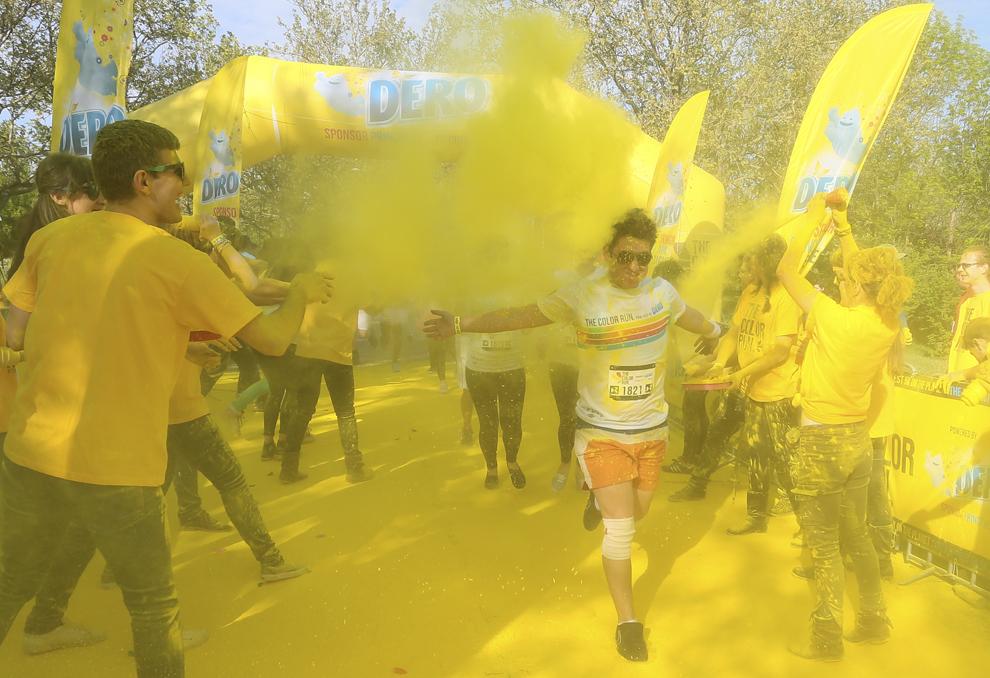 """Tineri participă la maratonul 5K """"Color Run"""", în parcul Tineretului din Bucureşti, sâmbătă, 26 aprilie 2014."""