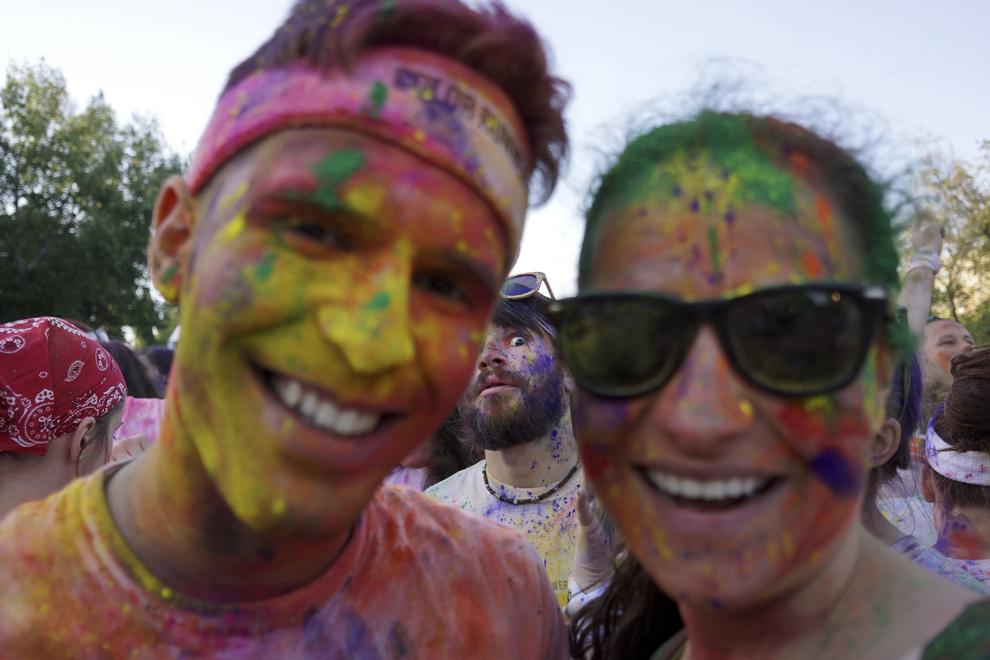 """Două persoane pozează, la finalul maratonului 5K """"Color Run"""", în parcul Tineretului din Bucureşti, sâmbătă, 26 aprilie 2014."""